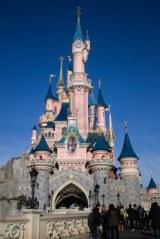 12573049-para-s-francia-18-de-febrero-de-2012--castillo-de-disneyland-para-s-disneyland-para-s-es-una-fiesta-